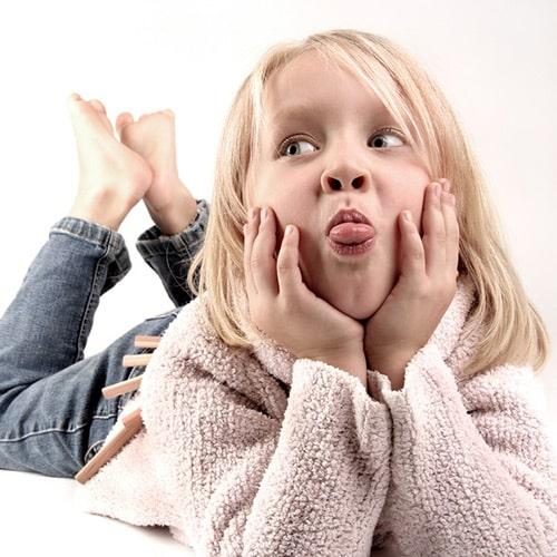 Kinderzahnheilkunde - Kind streckt Zunge raus