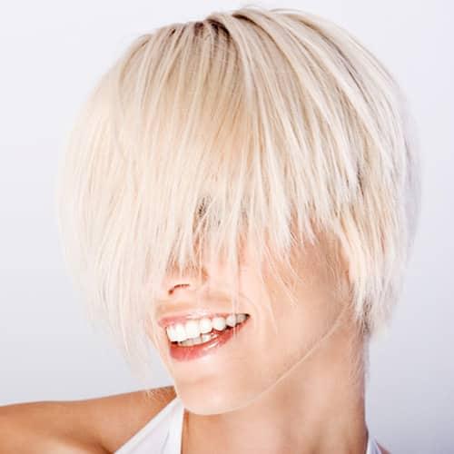 Prophylaxe - Lächelndes blondes Model mit strahlend weißen Zähnen