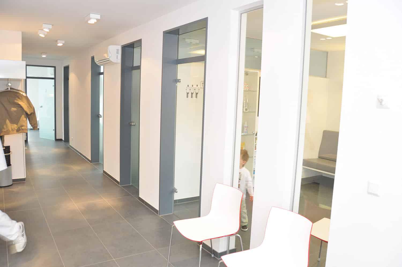 Blick in den Korridor der Zahnarztpraxis Stavros Avgerinos in Oberhausen