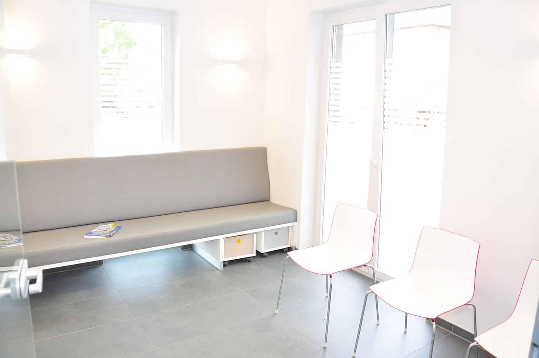 Blick ins Wartezimmer der Zahnarztpraxis Stavros Avgerinos in Oberhausen